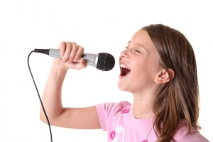Girl-singing-with-mic